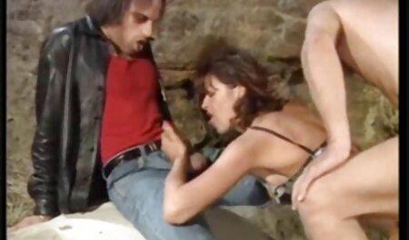 Zrela pratnja s tijesnim tijelom daje vintage zoo porno klijentu gužvu
